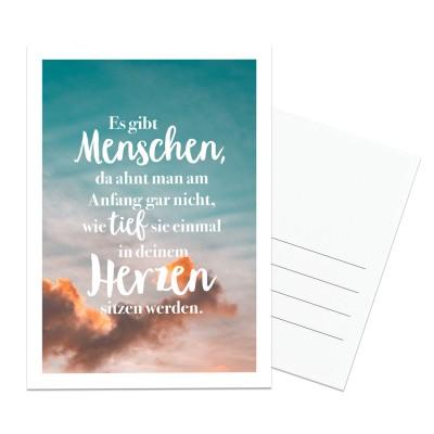 Es gibt Menschen, da ahnt man gar nicht, wie tief sie einmal in deinem Herzen sitzen werden - Postkarte